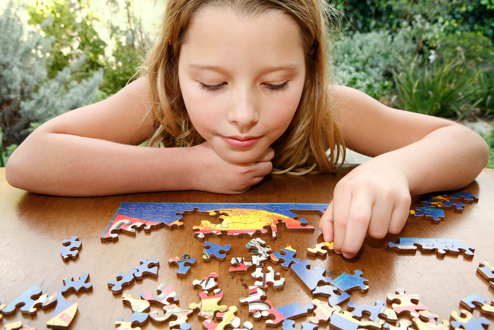 227672-1600x1067-girl-doing-puzzle-1