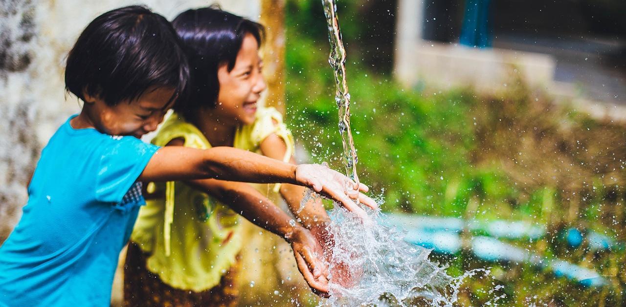 teacher-water-play
